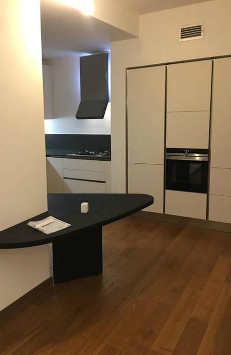 Cucina in laminato Fenix Bianco: Cucina attrezzata in stile  di Formarredo Due design 1967