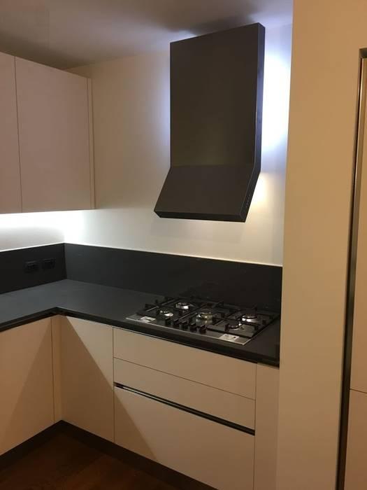 Cucina in laminato Fenix Bianco: Cucina in stile in stile Moderno di Formarredo Due design 1967