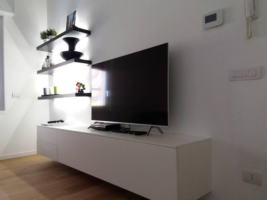Soggiorno laccato bianco opaco: Soggiorno in stile in stile Moderno di Formarredo Due design 1967