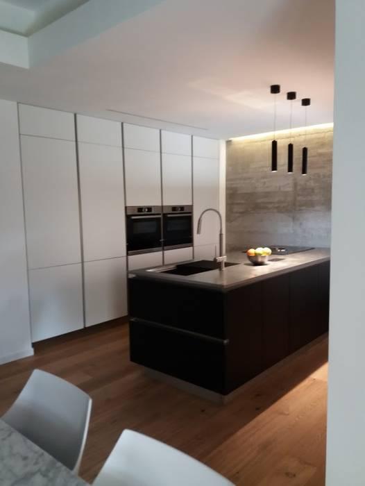 Cucina con isola in vetro e colonne laccato bianco: Cucina in stile  di Formarredo Due design 1967