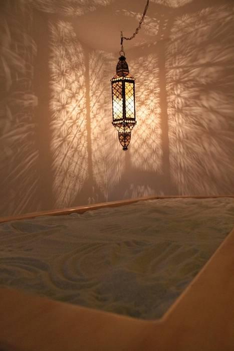 Detalle camilla arena realizada sobre medidas: Spa de estilo asiático por Dharma Arquitectura