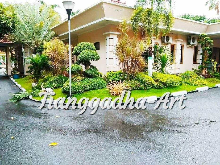 Taman Halaman Depan Kantor Oleh Tukang Taman Surabaya - Tianggadha-art Tropis Batu