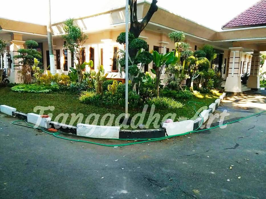 Jardin tropical par Tukang Taman Surabaya - Tianggadha-art Tropical Pierre