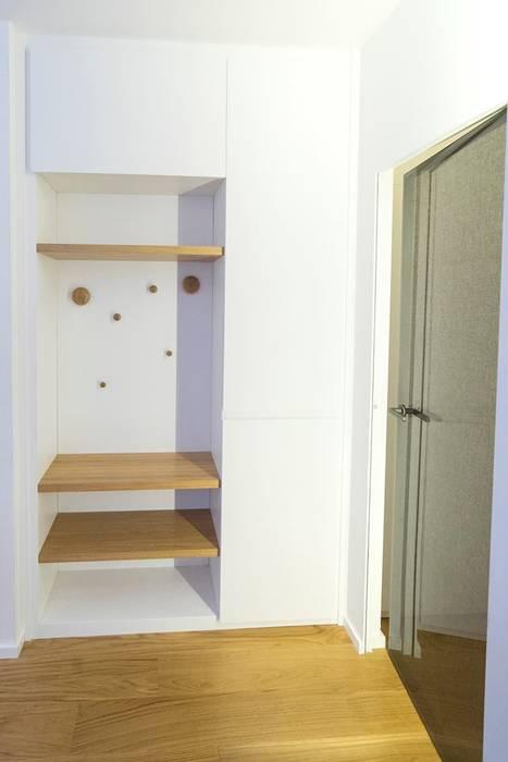 Armadi su misura Ingresso e Corridoio: Ingresso & Corridoio in stile  di Falegnameria Grelli Danilo