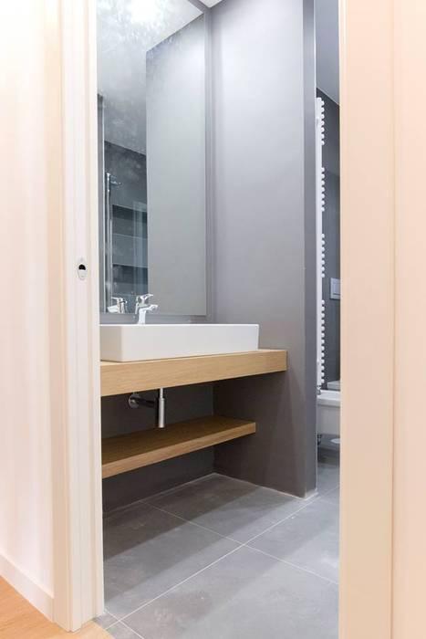 Armadi per Camera da Letto e Bagno: Bagno in stile in stile Moderno di Falegnameria Grelli Danilo