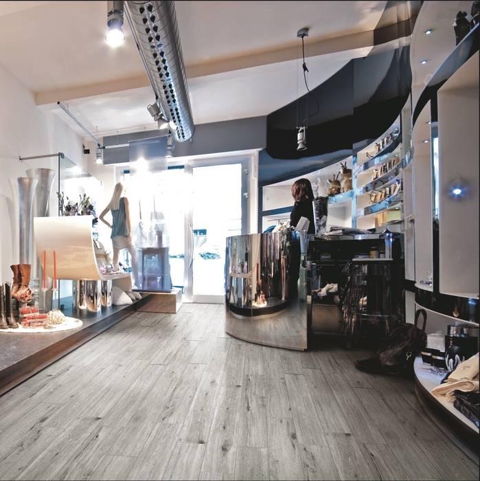 Gres effetto legno Westwood grigio: Pavimento in stile  di WEBTILES CERAMICHE
