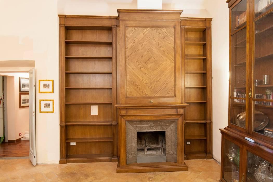 Boiserie Libreria con Camino: Soggiorno in stile in stile Classico di Falegnameria Grelli Danilo