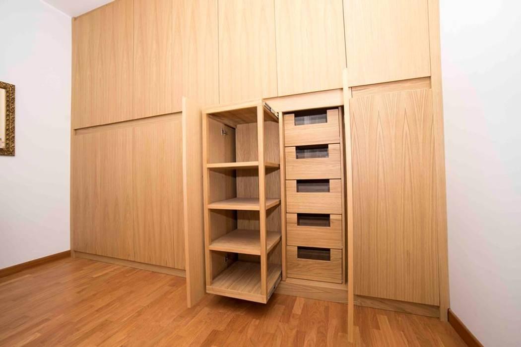 Armadio con Scarpiera Estraibile: Camera da letto in stile in stile Moderno di Falegnameria Grelli Danilo