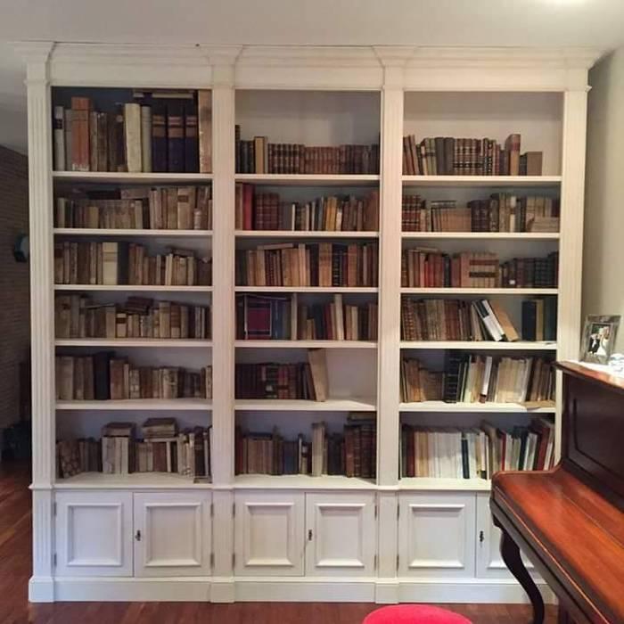 Librerie su Misura in Legno: Studio in stile in stile Classico di Falegnameria Grelli Danilo