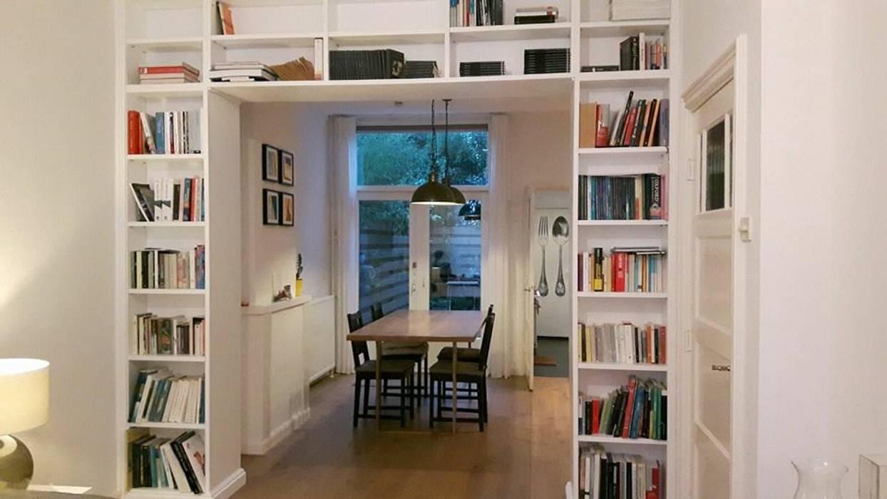 Librerie su Misura in Legno: Soggiorno in stile in stile Classico di Falegnameria Grelli Danilo
