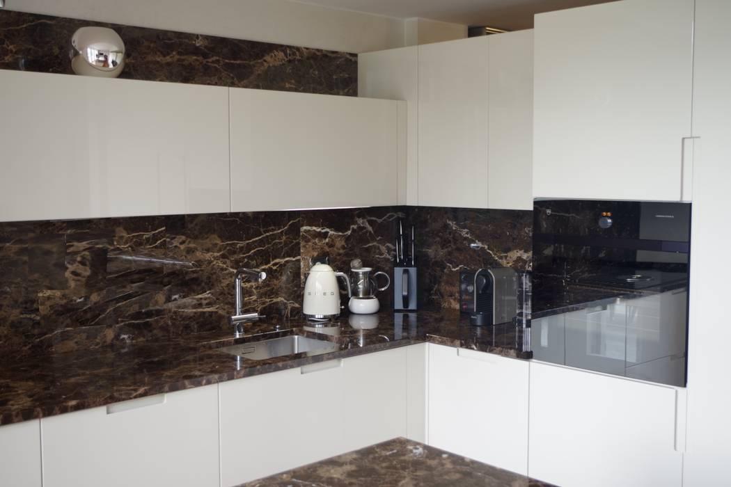 Cucina laccata lucido avorio con marmo emperador: Cucina attrezzata in stile  di Formarredo Due design 1967