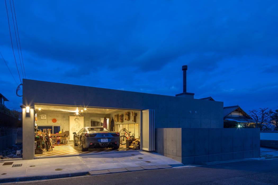 Garajes prefabricados de estilo  por アトリエ間居