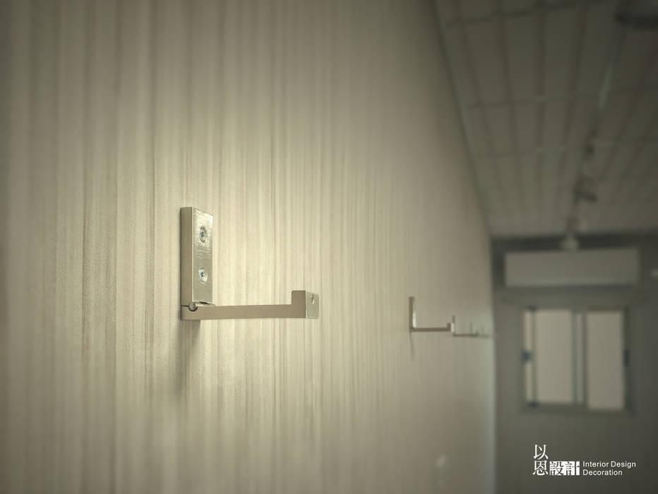 牆面掛鉤 - 打開:  牆面 by 以恩設計