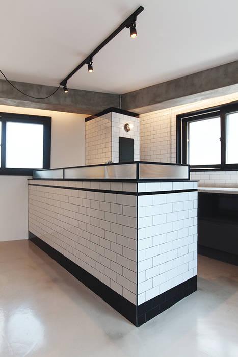 원룸도 멋진 주거공간이 될 수 있다. 인더스트리얼 다이닝 룸 by 미우가 디자인 스튜디오 인더스트리얼