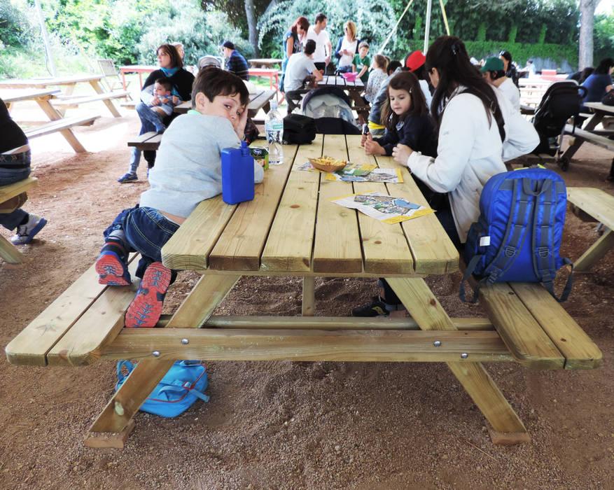 Tavolo Picnic in legno di pino impregnato: Negozi & Locali commerciali in stile  di ONLYWOOD