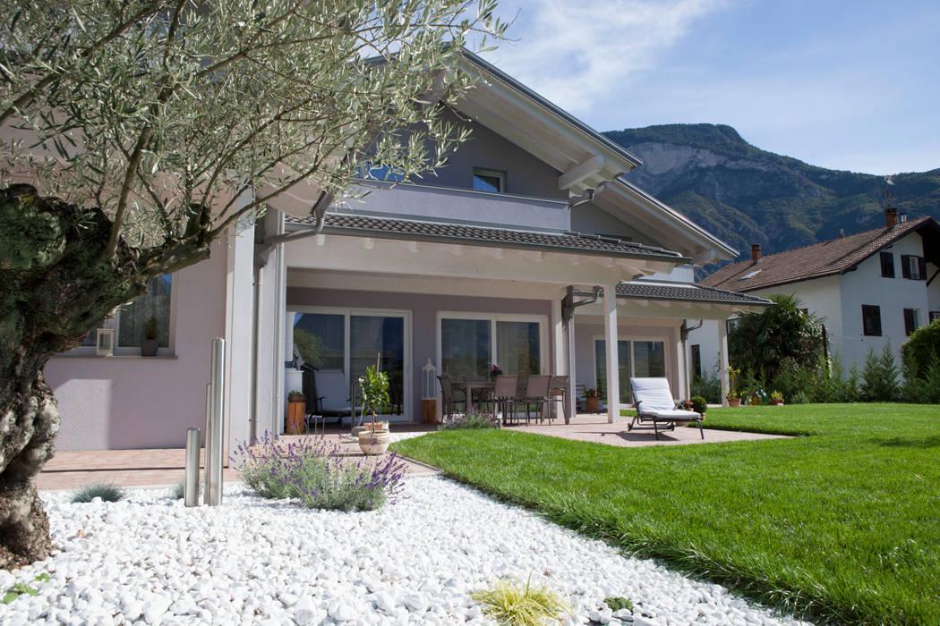 Visuale del portico : Casa prefabbricata  in stile  di Spazio Positivo