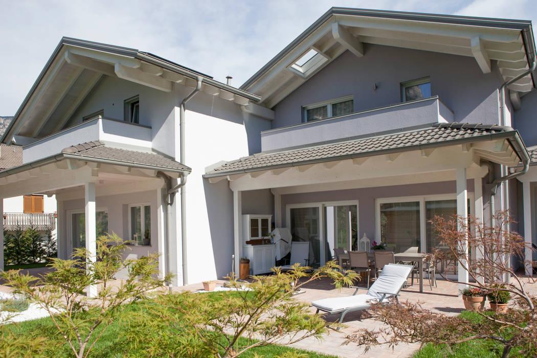 Patio con porticato: Casa prefabbricata  in stile  di Spazio Positivo