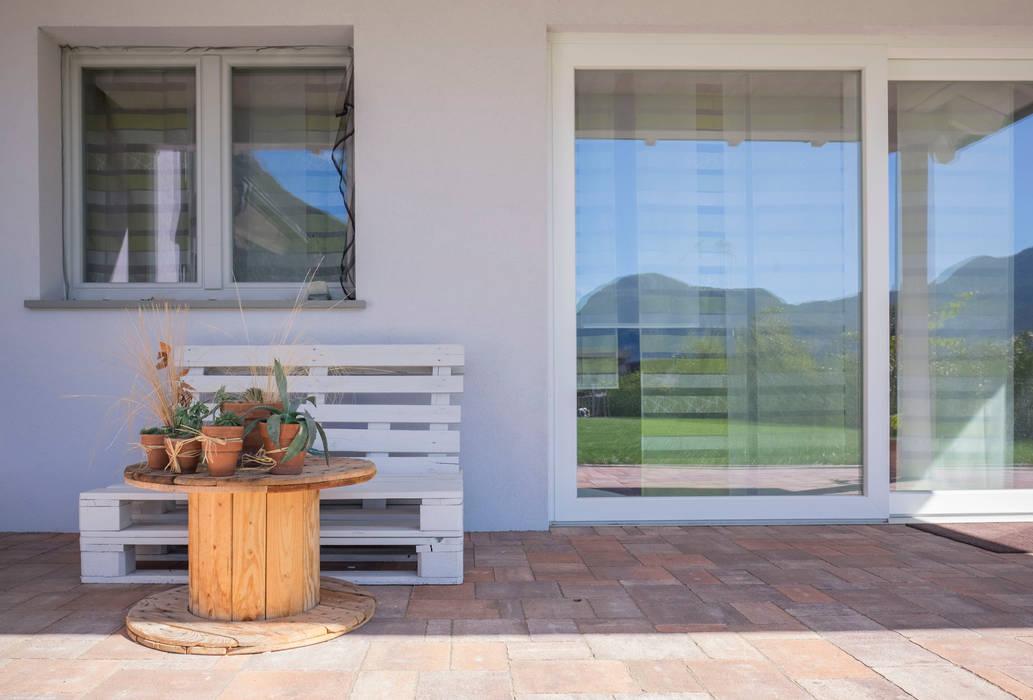 Arredamento da esterno: Casa prefabbricata  in stile  di Spazio Positivo