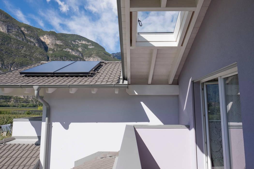 Tetto con finestratura e pannelli fotovoltaici di Spazio Positivo Moderno