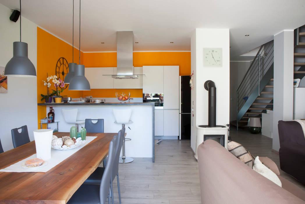 Vista del soggiorno con angolo cucina: Soggiorno in stile in stile Moderno di Spazio Positivo