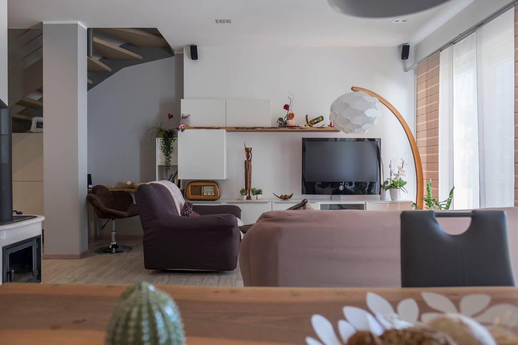 Zona living moderna: Soggiorno in stile in stile Moderno di Spazio Positivo