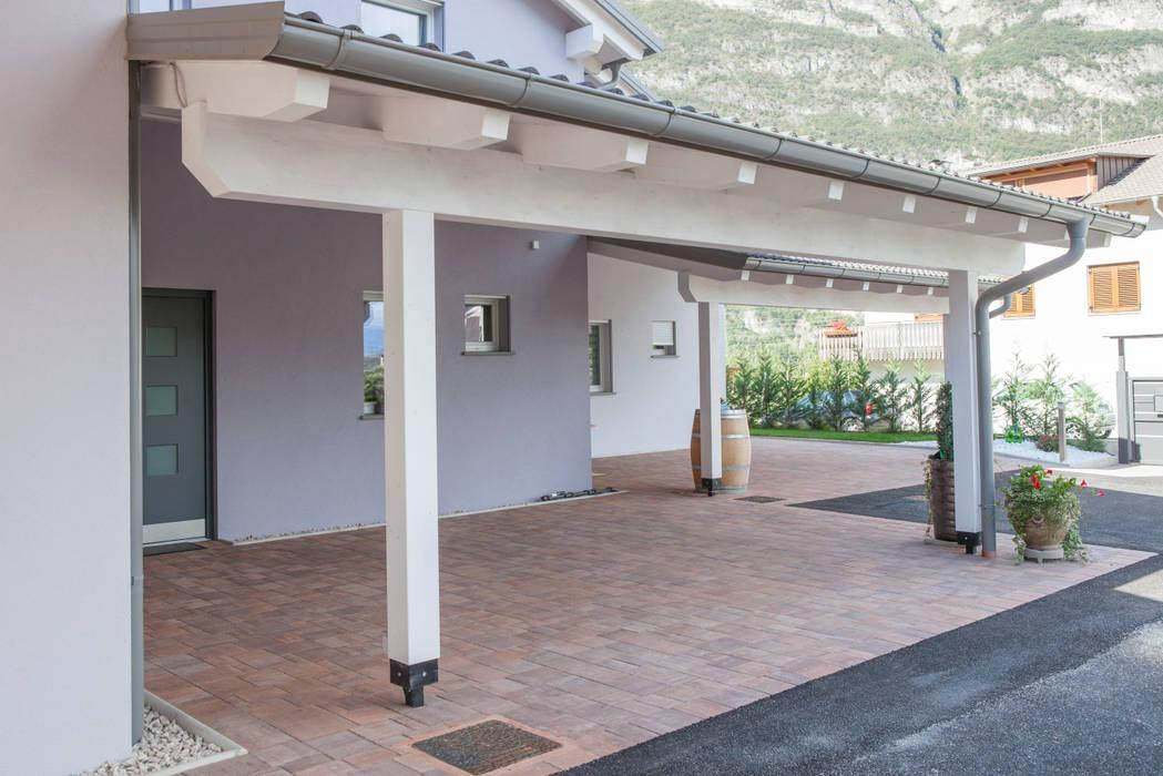 Facciata anteriore della villa: Casa prefabbricata  in stile  di Spazio Positivo