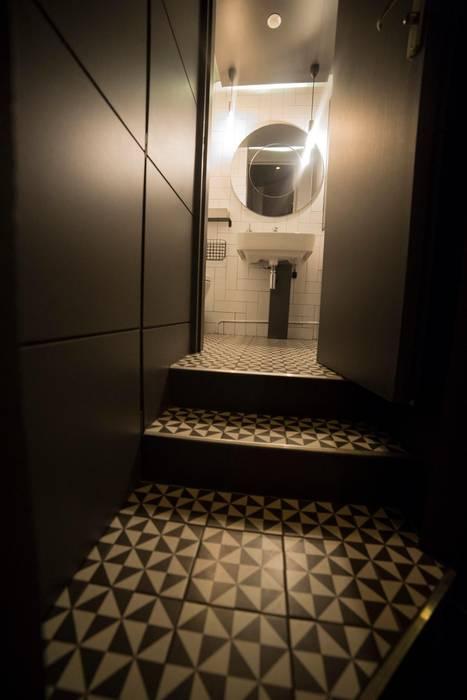 Les toilettes: Bars & clubs de style  par Clo - Architecture & Design