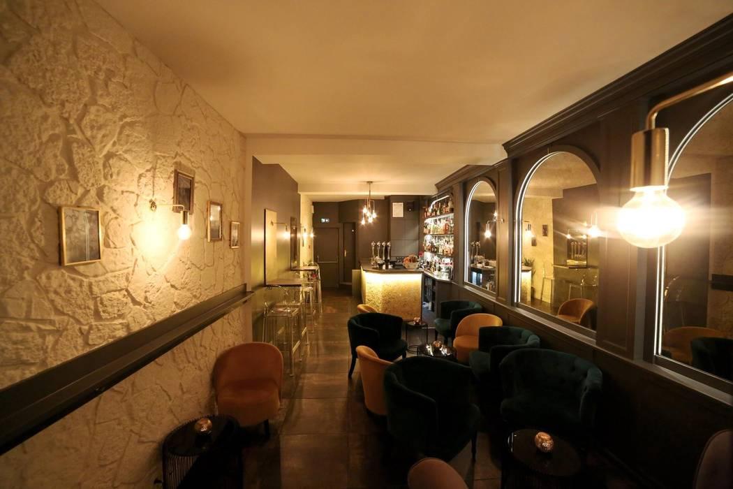 Vue depuis l'entrée du fumoir.: Bars & clubs de style  par Clo - Architecture & Design