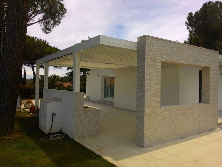 Pergola bioclimatica: Giardino d'inverno in stile in stile Minimalista di Centro Arredotessile S.r.l.