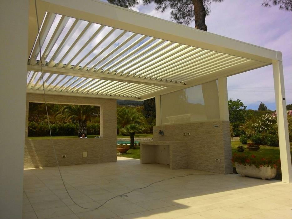 Pergola in alluminio a lamelle orientabili: Giardino d'inverno in stile in stile Minimalista di Centro Arredotessile S.r.l.