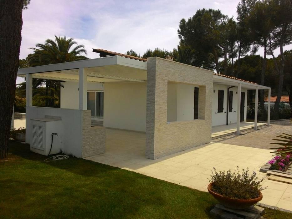 Pergolato a lamelle in alluminio: Giardino d'inverno in stile in stile Minimalista di Centro Arredotessile S.r.l.