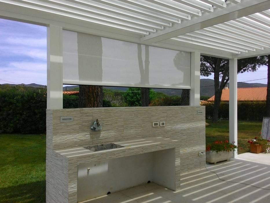 Pergolato a lamelle: Giardino d'inverno in stile  di Centro Arredotessile S.r.l.