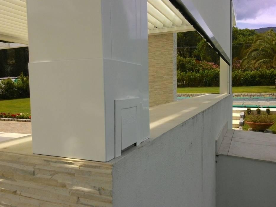 Pergola a lamelle orientabili in alluminio: Giardino d'inverno in stile  di Centro Arredotessile S.r.l.