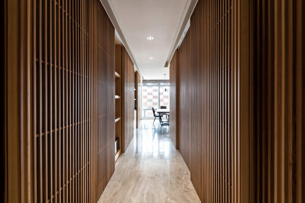 住空間-三峽 現代風玄關、走廊與階梯 根據 青易國際設計 現代風
