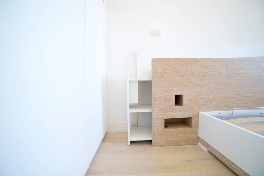 Letto con comodini estraibili: Camera da letto in stile in stile Moderno di Falegnameria Grelli Danilo
