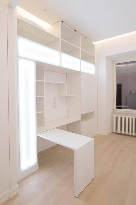 Parete attrezzata ufficio: Ingresso & Corridoio in stile  di Falegnameria Grelli Danilo