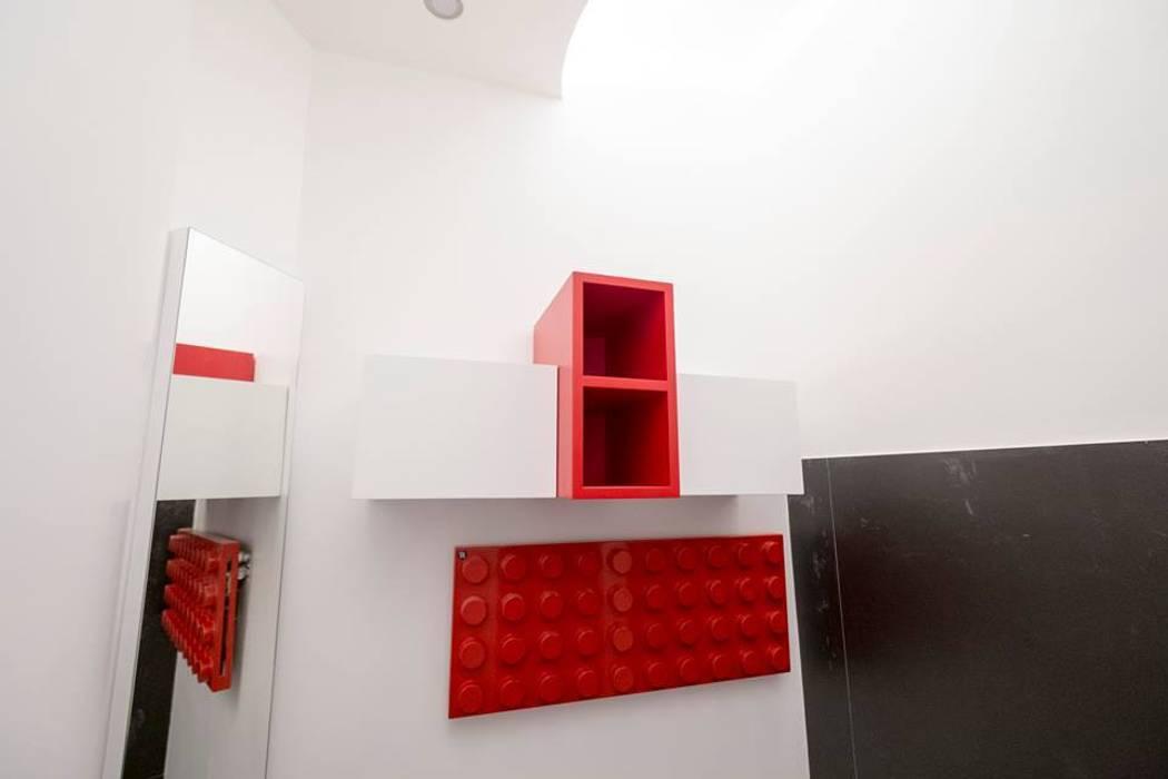 Piccolo bagno: Bagno in stile  di Falegnameria Grelli Danilo