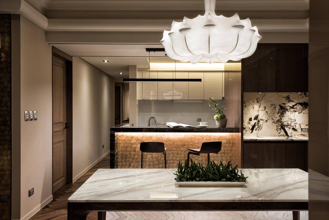 Salle à manger moderne par 青易國際設計 Moderne