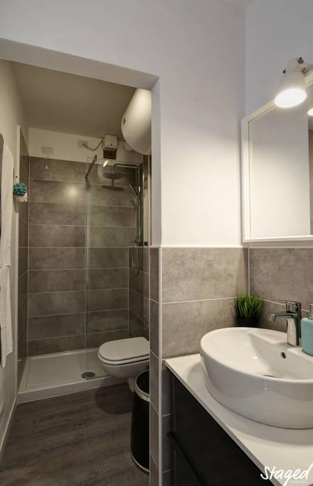 BAGNO IN APPARTAMENTO TURISTICO: Bagno in stile in stile Minimalista di Staged Interiors srls