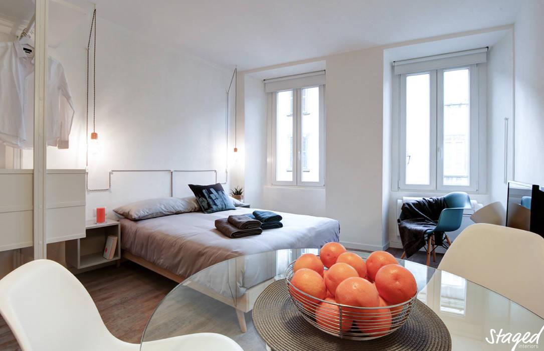 Monolocale per l'affitto turistico: Camera da letto in stile in stile Minimalista di Staged Interiors srls
