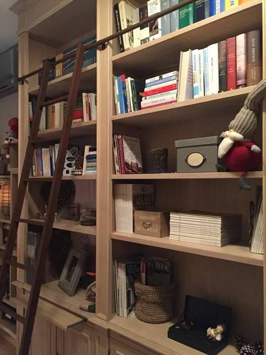 Mobile Vineria con Libreria e Scala: Soggiorno in stile in stile Industriale di Falegnameria Grelli Danilo