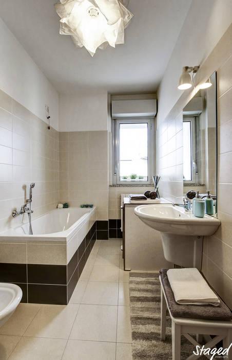 Home Staging per la vendita: Bagno in stile  di staged interiors