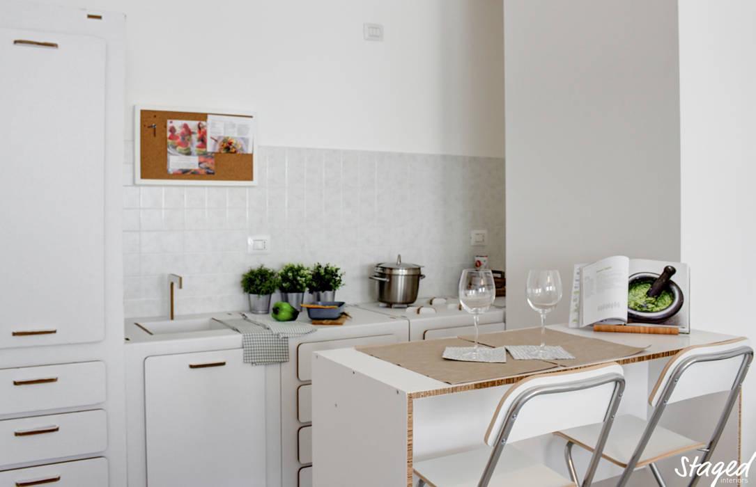 Home Staging per la vendita: Cucina in stile in stile Moderno di Staged Interiors srls