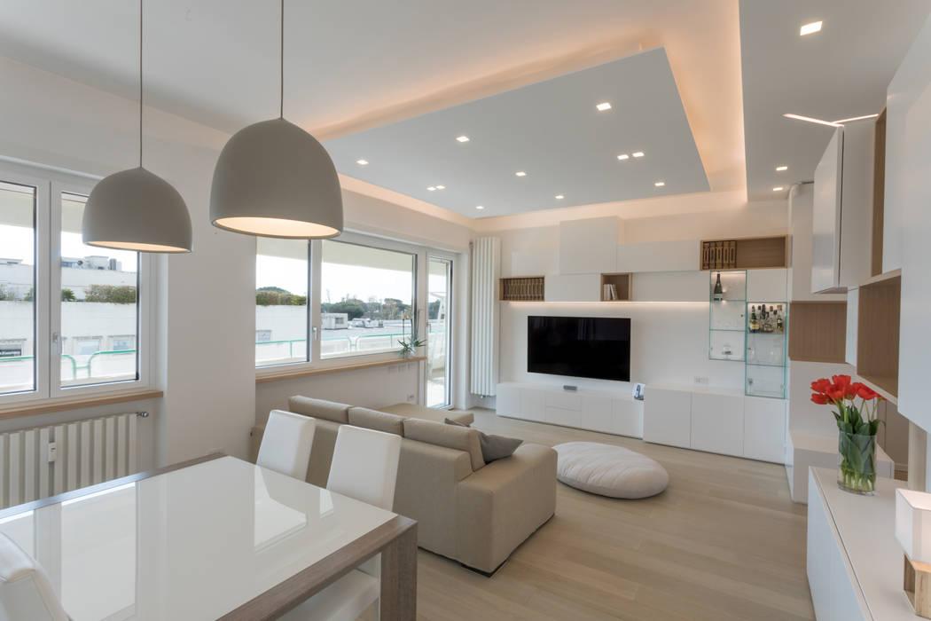 Casa fg bianco scolpito soggiorno moderno di mamestudio for Soggiorni bianchi