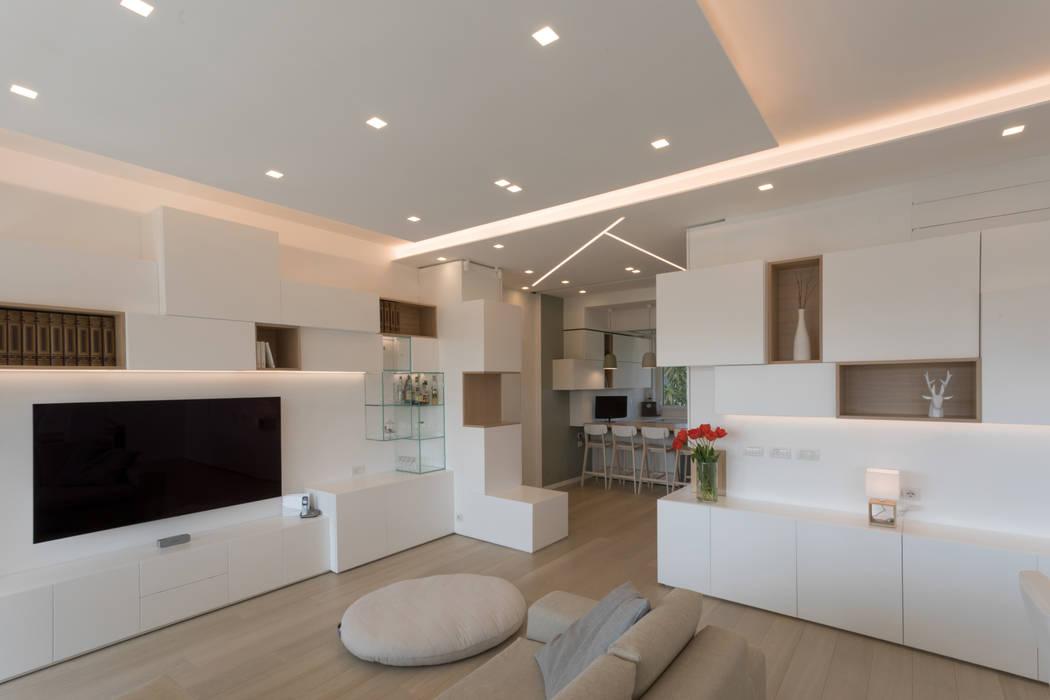 """Casa """"FG"""" bianco scolpito Soggiorno moderno di MAMESTUDIO Moderno"""
