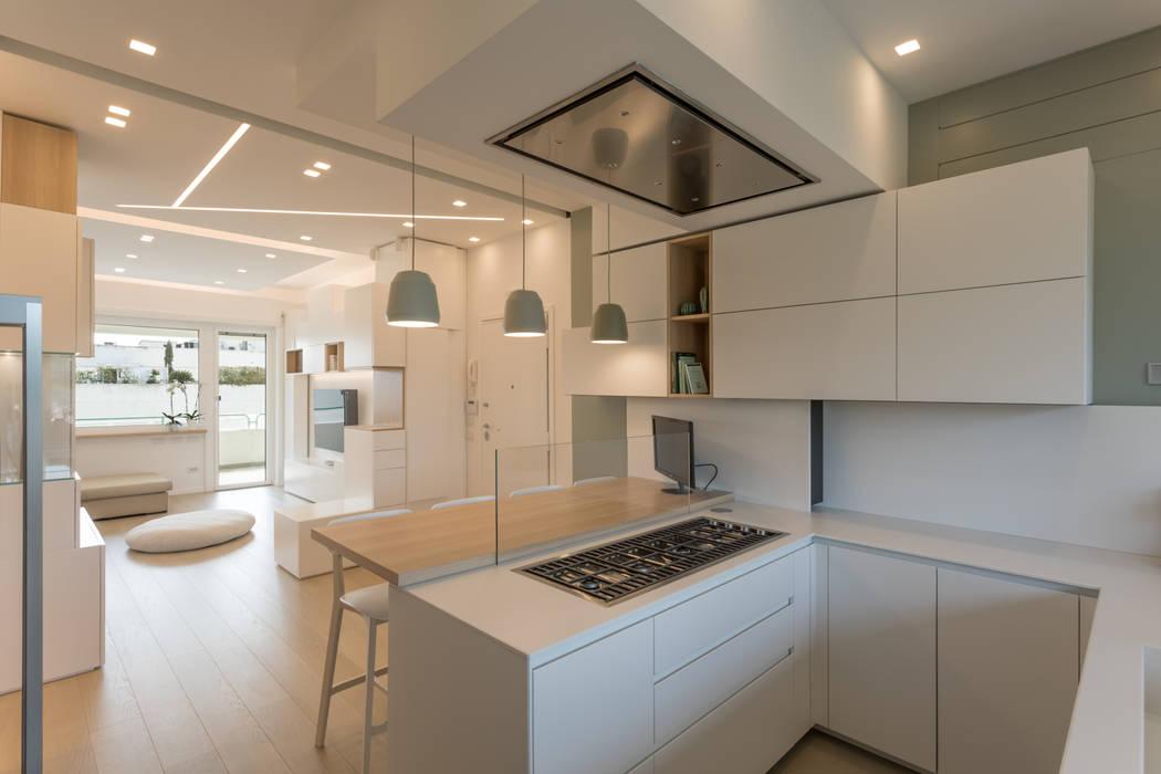 """Casa """"FG"""" bianco scolpito: Cucina in stile  di MAMESTUDIO"""