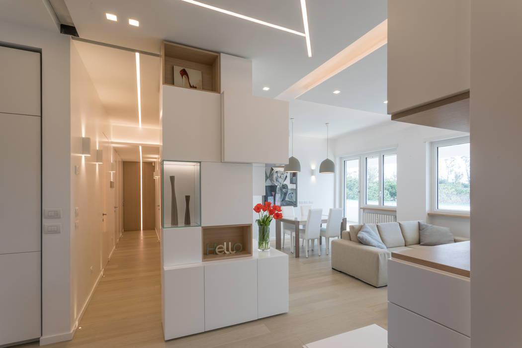 """Casa """"FG"""" bianco scolpito Ingresso, Corridoio & Scale in stile moderno di MAMESTUDIO Moderno"""