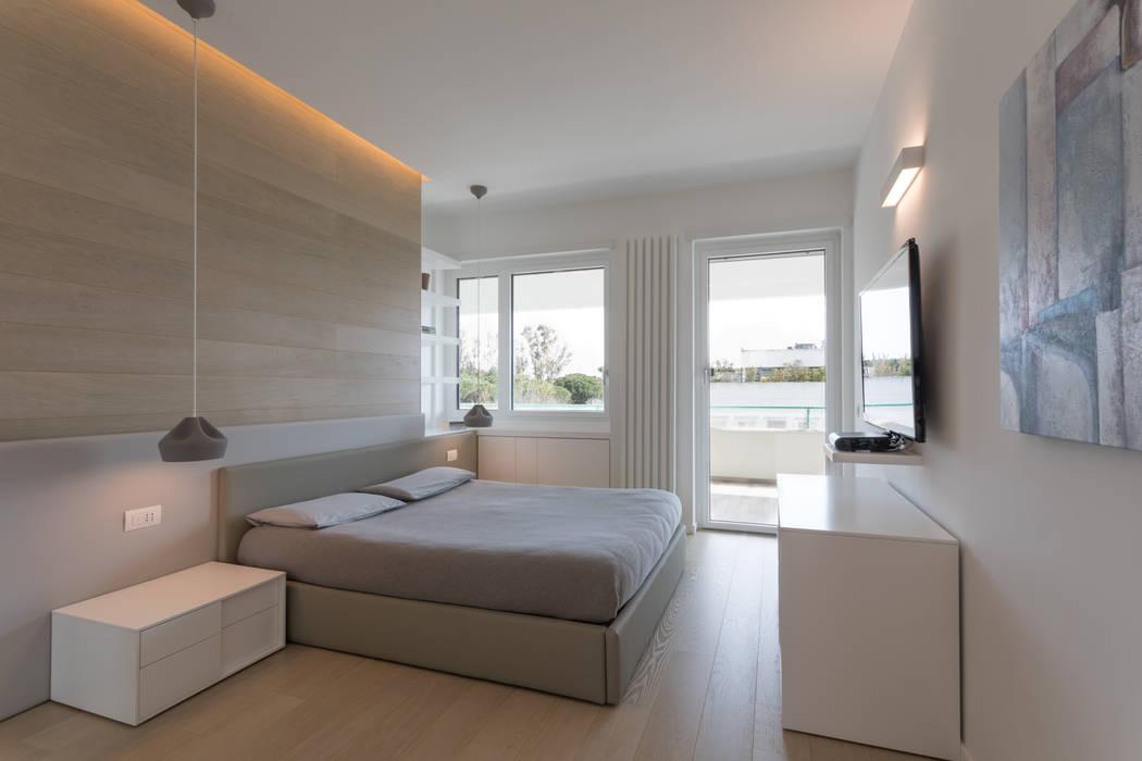 """Casa """"FG"""" bianco scolpito Camera da letto moderna di MAMESTUDIO Moderno"""