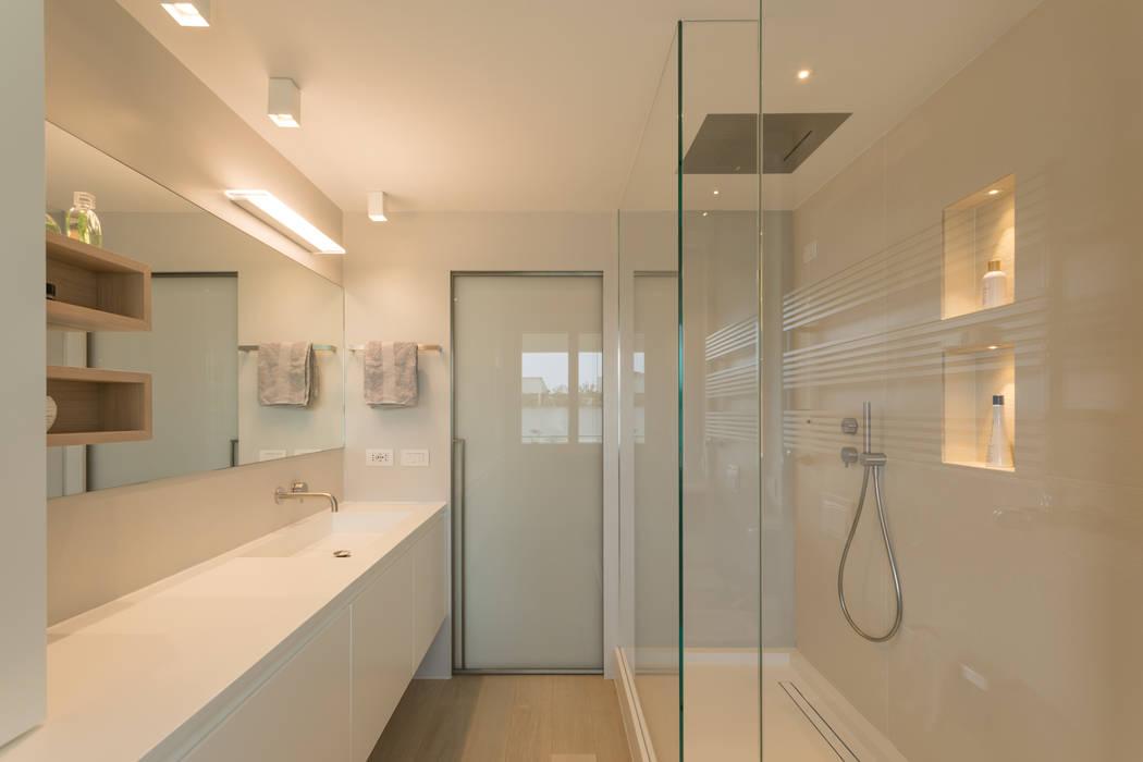"""Casa """"FG"""" bianco scolpito: Bagno in stile  di MAMESTUDIO, Moderno"""