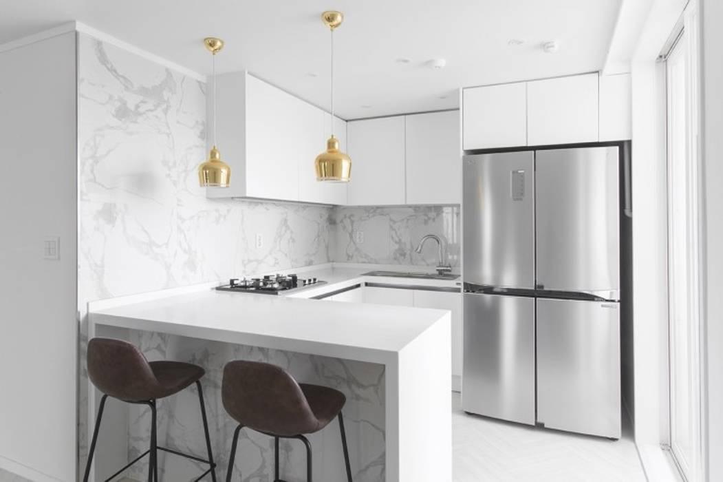 화이트와 우드로 아늑한 갤러리처럼 꾸민 30평대 아파트 인테리어: husk design 허스크디자인의  주방,
